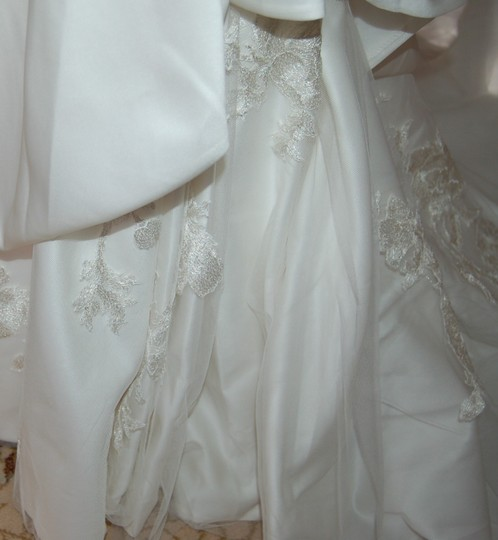 Enzoani Ivory Satin/Lace 1328 Ball Gown Embroidered Skirt Wedding Dress Size 10 (M) Image 6