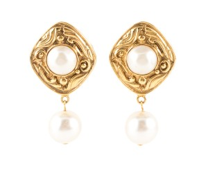 Chanel Chanel gold-tone clip on earring with center pearl