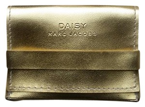 Marc Jacobs Daisy solid perfume pin/pendant