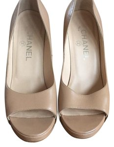 Chanel tan Pumps