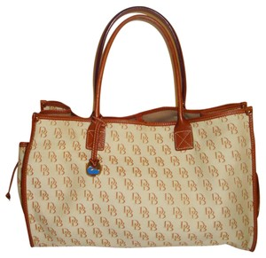 Dooney & Bourke Tote in creme/brown