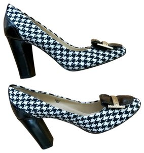 Tahari Size 8 Heels Houndstooth Black and white Pumps