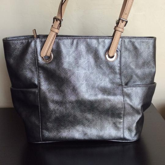 Michael Kors Tote in Metallic silver but subtle, not shiny Image 3