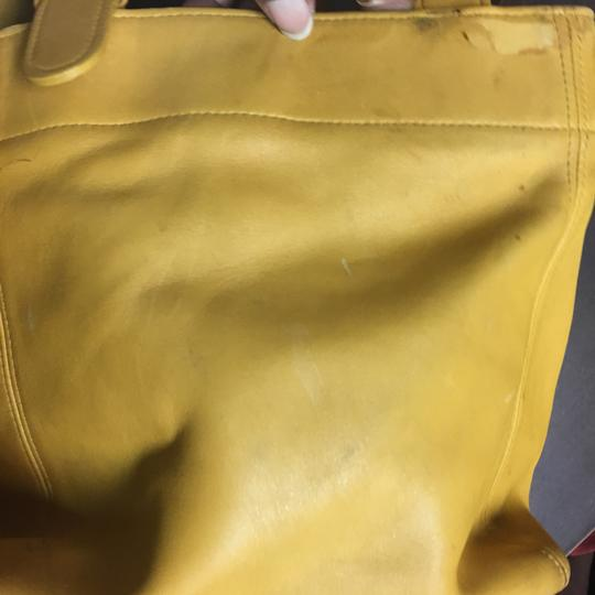 Coach Tote in mustard Image 10