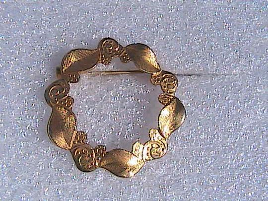 Vintage Gold Tone Etched Wreath Brooch