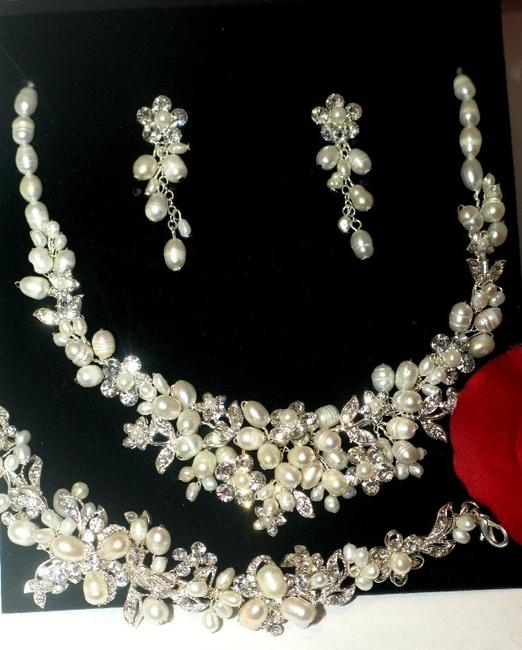 Item - Silver and Pearl Freshwater Ivory Necklace Jewelry Set