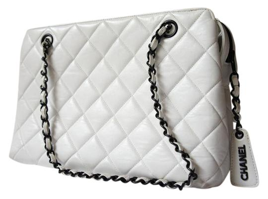 Preload https://img-static.tradesy.com/item/21201962/chanel-black-chain-quilted-stitch-white-lambskin-leather-shoulder-bag-0-1-540-540.jpg