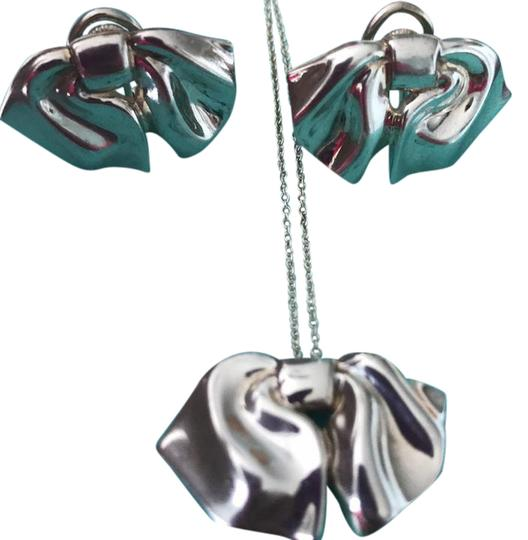 Preload https://item5.tradesy.com/images/tiffany-and-co-co-bows-necklace-21210469-0-1.jpg?width=440&height=440