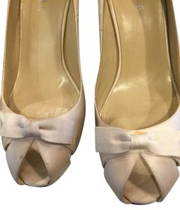 Salon Shoes Size 8.5 Ivory with Bow Pumps