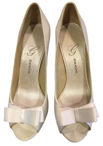 Salon Shoes Grace Size 8.5 Ivory Bridal White Silk Pumps