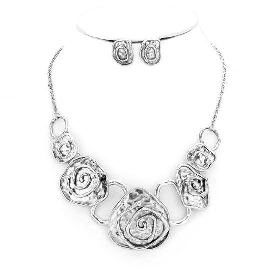 Preload https://img-static.tradesy.com/item/21245080/silver-hammered-swirl-metal-link-earrings-set-necklace-0-1-540-540.jpg