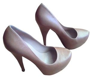 Alejandro Ingelmo Tan Pumps