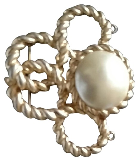 Preload https://img-static.tradesy.com/item/21261313/gold-tone-faux-pearl-brouch-pendent-0-1-540-540.jpg