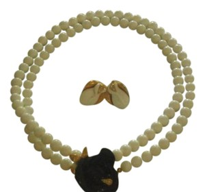 Kenneth Jay Lane KENNETH JAY LANE NECKLACE WHITE BEADS WITH BLACK FLOWER GOLDTONE