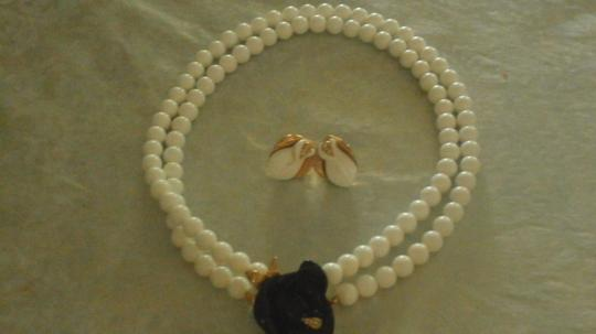 Kenneth Jay Lane KENNETH JAY LANE NECKLACE WHITE BEADS WITH BLACK FLOWER GOLDTONE Image 2