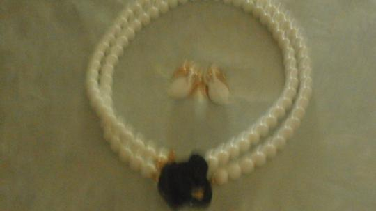 Kenneth Jay Lane KENNETH JAY LANE NECKLACE WHITE BEADS WITH BLACK FLOWER GOLDTONE Image 6