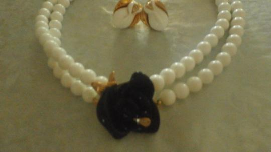 Kenneth Jay Lane KENNETH JAY LANE NECKLACE WHITE BEADS WITH BLACK FLOWER GOLDTONE Image 7