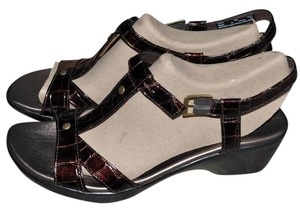 Clarks Summer Size 9 New In Box Brown Crocodile pattern Sandals