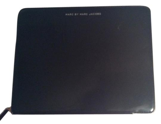 Preload https://item2.tradesy.com/images/marc-jacobs-black-and-white-ipad-case-tech-accessory-2127331-0-0.jpg?width=440&height=440