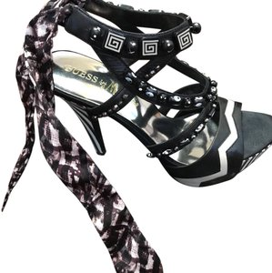 Guess By Marciano black white Pumps