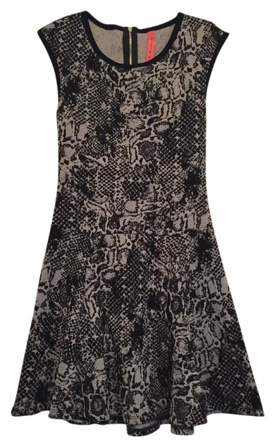 Preload https://img-static.tradesy.com/item/21284873/eight-sixty-black-and-gray-fit-and-flare-short-casual-dress-size-0-xs-0-2-650-650.jpg