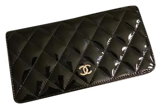 Preload https://img-static.tradesy.com/item/21326586/chanel-patent-blk-wallet-0-1-540-540.jpg