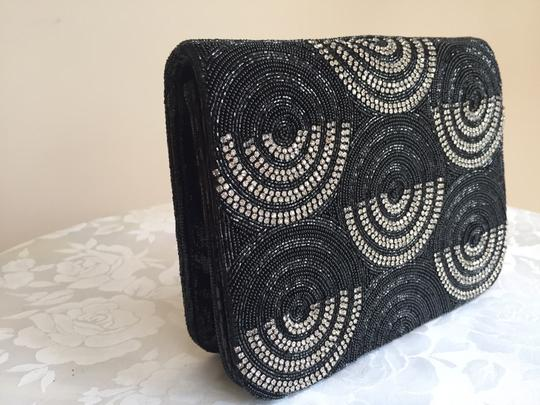 Preload https://img-static.tradesy.com/item/21328875/deepa-gurnani-evening-multicolor-black-and-silver-beaded-clutch-lizard-skin-leather-cross-body-bag-0-0-540-540.jpg