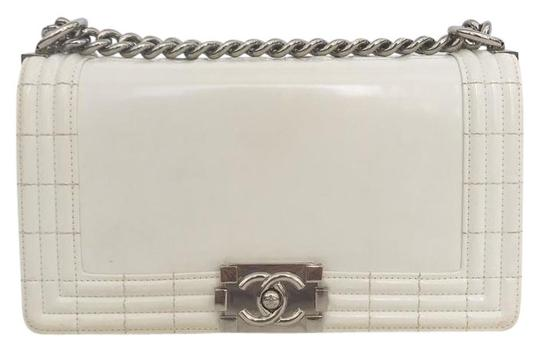 Preload https://img-static.tradesy.com/item/21333806/chanel-handbag-classic-flap-boy-le-cream-leather-cross-body-bag-0-1-540-540.jpg