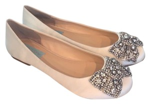 Betsey Johnson ivory Flats