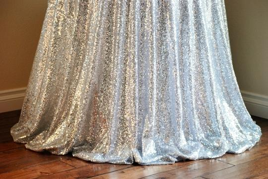 Preload https://img-static.tradesy.com/item/21343774/silver-lot-of-2-120-round-sequin-bling-glam-tablecloth-0-0-540-540.jpg