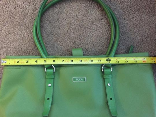 Tumi Tote in green Image 10