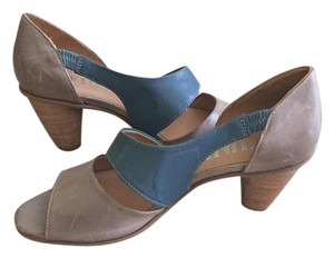 Fidji Taupe and blue Pumps