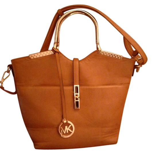 Preload https://img-static.tradesy.com/item/21369290/michael-kors-browntan-leather-shoulder-bag-0-1-540-540.jpg