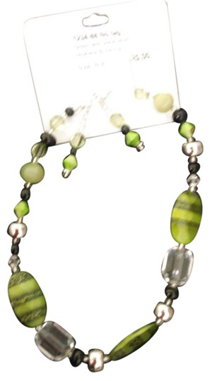 Preload https://img-static.tradesy.com/item/21370779/green-crystal-beaded-necklace-0-1-540-540.jpg
