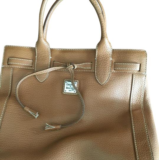 Preload https://img-static.tradesy.com/item/21375076/dooney-and-bourke-camel-leather-tote-0-1-540-540.jpg
