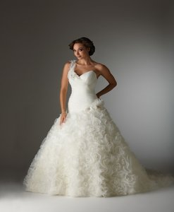 Bonny Bridal Brand New 8203 Wedding Dress