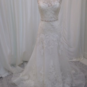 Enzoani Ivory/Ivory Alencon Lace/Chantilly Lace/Tulle Karina Traditional Wedding Dress Size 6 (S)