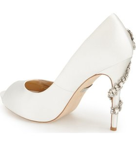 Badgley Mischka Ivory Royal Crystal Embellished Peeptoe Pumps Size US 7.5 Regular (M, B)