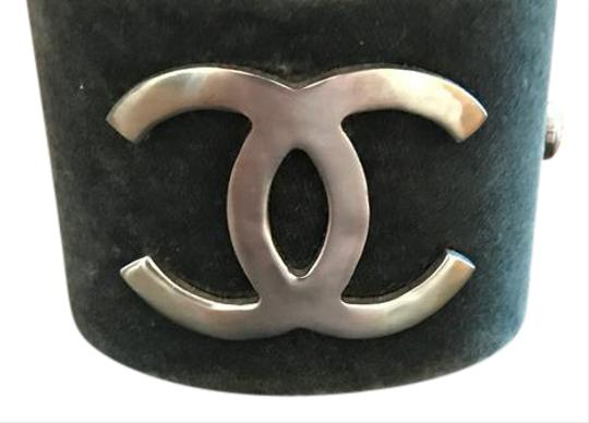 Preload https://img-static.tradesy.com/item/21419901/chanel-chanel-grey-and-silver-metal-cuff-with-double-c-logo-21419901-0-1-540-540.jpg