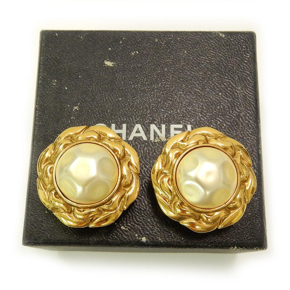 Chanel Pre Owned Early Vintage Round Gold Plated Imitation Pearl