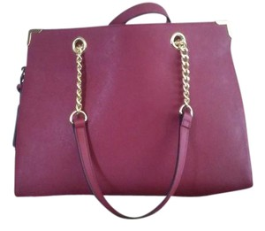 Wilsons Leather Exceptional Value! 100% Leather Contemporary Style Detachable Strap Gold-tone Trimmings Shoulder Bag