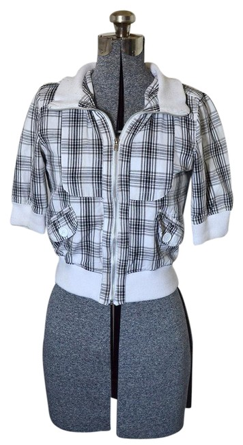 Preload https://item3.tradesy.com/images/white-plaid-crop-size-4-s-21551127-0-1.jpg?width=400&height=650