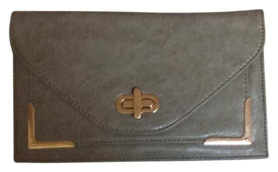 Preload https://img-static.tradesy.com/item/21566259/urban-expressions-shoulder-gray-faux-leather-clutch-0-2-540-540.jpg
