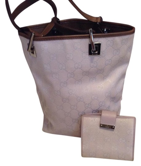 Preload https://img-static.tradesy.com/item/21573237/gucci-wallet-and-canvas-tote-0-1-540-540.jpg