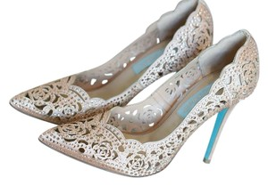 Betsey Johnson Gold with blue accents Pumps