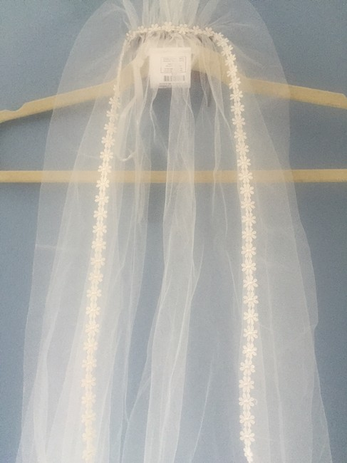 Item - Ivory (Off-white) Long Daisy - Flower Trim Cathedral Length Bridal Veil