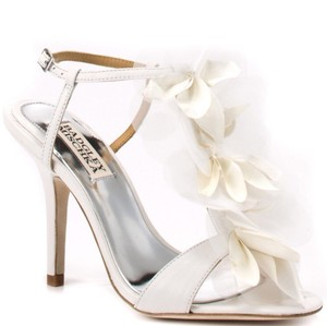 Badgley Mischka White Dreamy Sandals Size US 7.5 Regular (M, B)