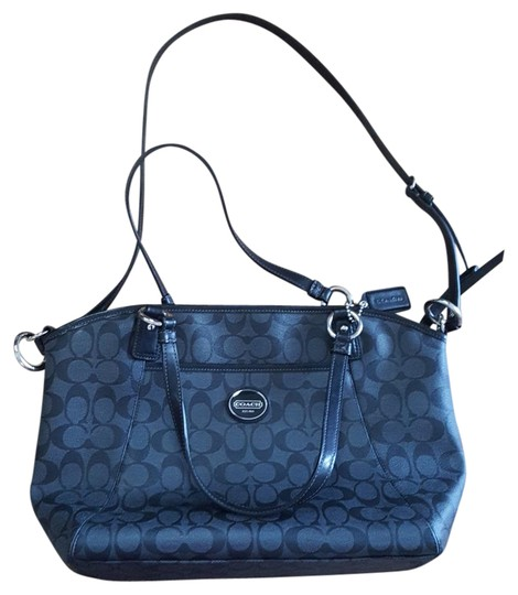 Preload https://item5.tradesy.com/images/coach-free-matching-wallet-black-and-gray-tote-21629689-0-1.jpg?width=440&height=440