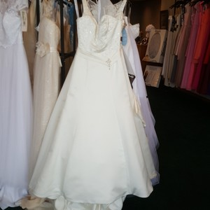 Private Label by G Ivory Satin 1249 Traditional Wedding Dress Size 6 (S)