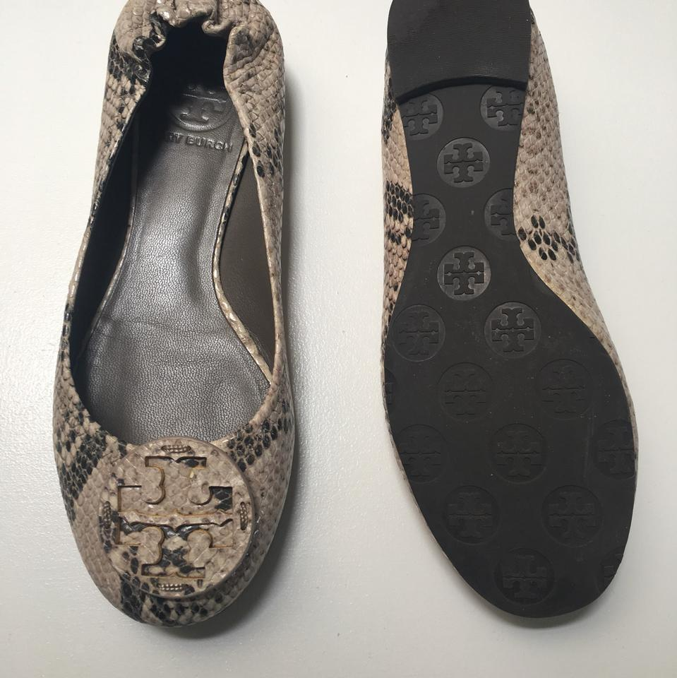 Beige ballet flats go great with skirts that fall at or above the knee as well as capri pants or leggings. The beige and black hues can be paired with apparel that is coloured white, beige, or black, or with prints that feature beige or black in their backgrounds.